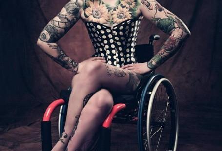 Portret Izy Sopalskiej siedzącej na wózku.