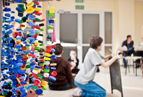 Zdjęcie przedstawia dzieci podczas zajęć.