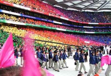 Otwarcie Olimpiady Specjalnej w Dublinie. Na zdjęciu zawodnicy wchodzący na stadion, w tle kibicie na trybunach.