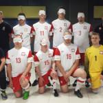 Zdjęcie przedstawia drużynę niewidzących piłkarzy reprezentacji Polski.