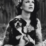 Zdjęcie przedstawia Izę Sopalską ze swoim psem Amelią.