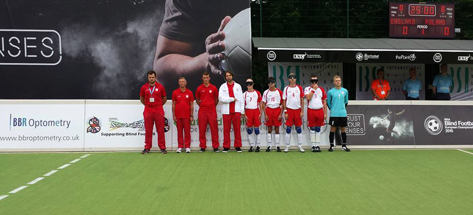 Zdjecie przedstawia polską drużynę blindfootbalową przed meczem z Anglią.