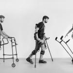 Zdjęcie przedstawia mężczyznę przechodzącego kolejne etapy - od siedzenia na wózku, po poruszanie się za pomocą egzoszkieletu.