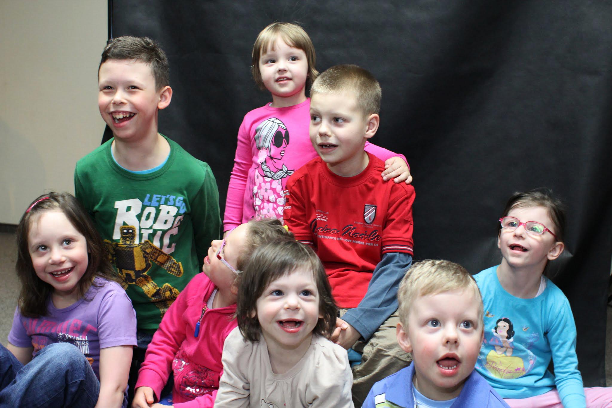 Zdjęcie przedstawia ośmioro dzieci, które znadują się pod opieką stowarzyszenia zespołu williamsa.