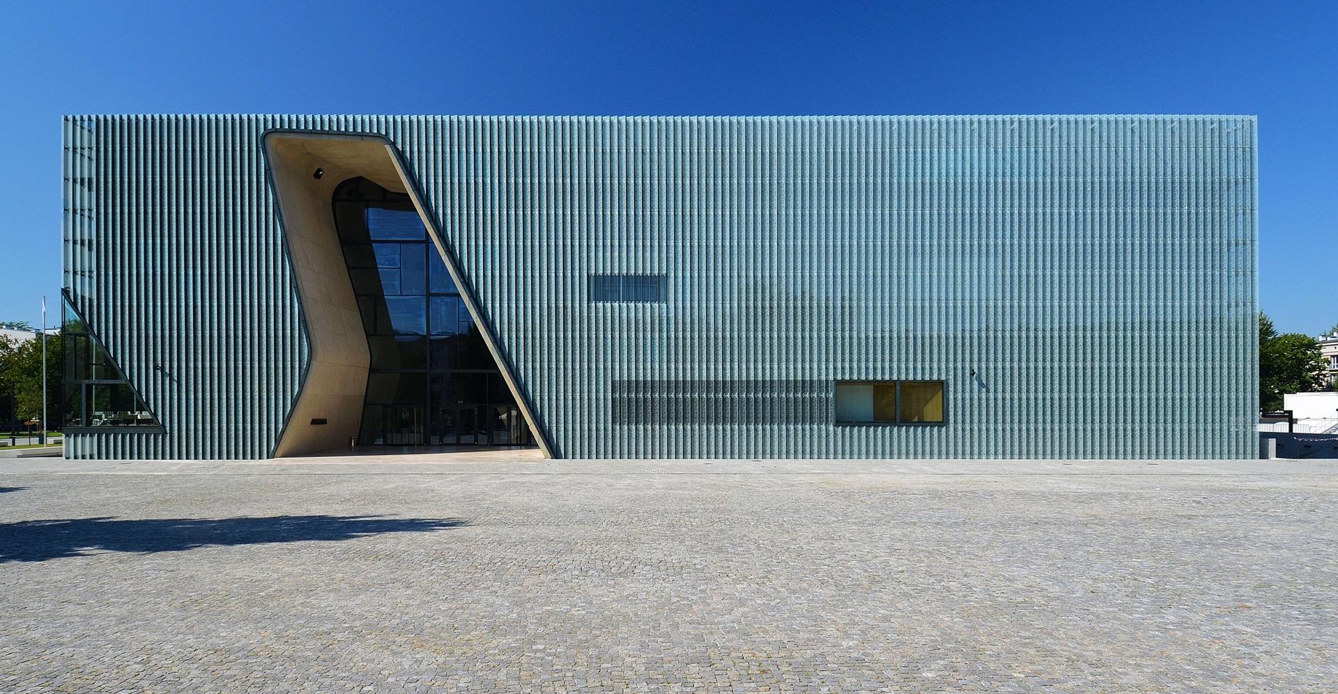 Zdjęcie przedstawia budynek Muzeum Żydów Polskich POLIN w Warszawie.