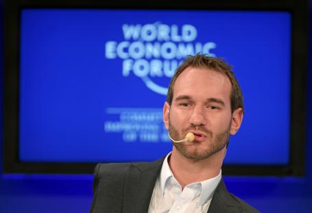 Zdjęcie przedstawia Nicka Vujicica podczas światowego forum ekonomicznego w Davos.