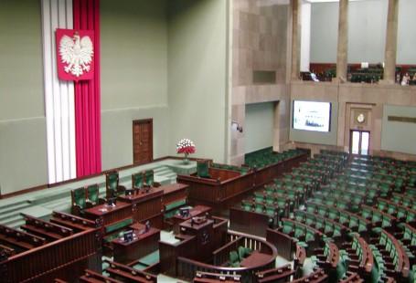 Zdjęcie przedstawia pustą salę Sejmu Polskiego.