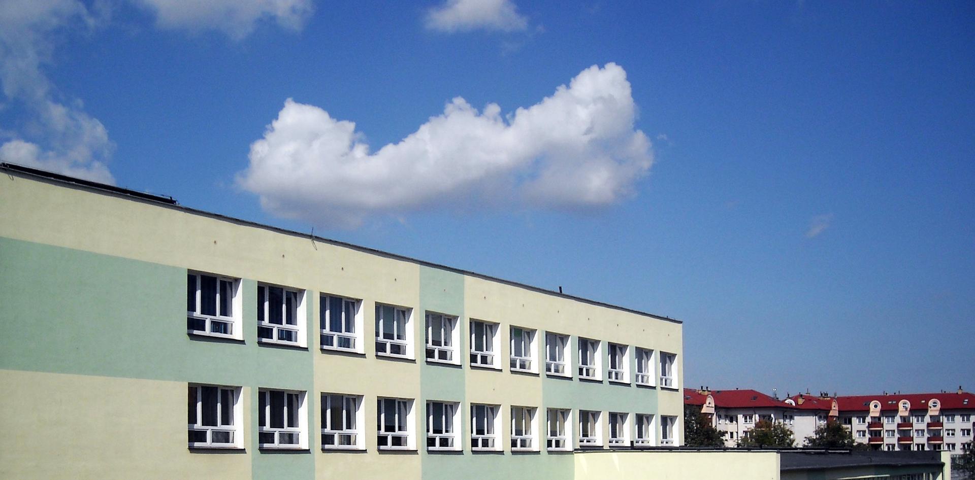 Zdjęcie przedstawia zdjęcie szkoły podstawowej.