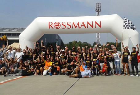 Zdjęcie przedstawia zawodników oraz organizatorów przed bramą startową.