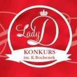 Ilustracja przedstawia logo konkursu Lady D. im Krystyny Bochenek. Napis Lady D jest wpisnay w koło, pisanką. Litera D jest największa, jest nad nią korona. W dolnej części koła znajduje się uproszczony kształt wstążki, na której znajduje się napis Konkurs im. K.Bochenek
