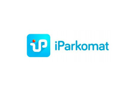 Ilustracja przedtawia logotyp iParkomatu, na który składa się znak oraz napis iParkomat. Znal znajduje się po lewej stronie obok napisu. Jest to kwadrat o zaokrąglonych rogach. W środku kwadratu znajdują się połączone w jeden kształt (obły wężyk) literniki i oraz p. Kropka nad i jest czerwona.