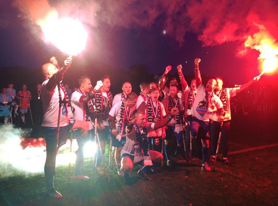 Mistrz Polski AMP Football'u Husaria Kraków świętuje zwycięstwo.