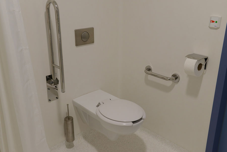 Toaleta przygotowana przez Koło i Lehnen, dostosowana do potrzeb osób niepełnosprawnych