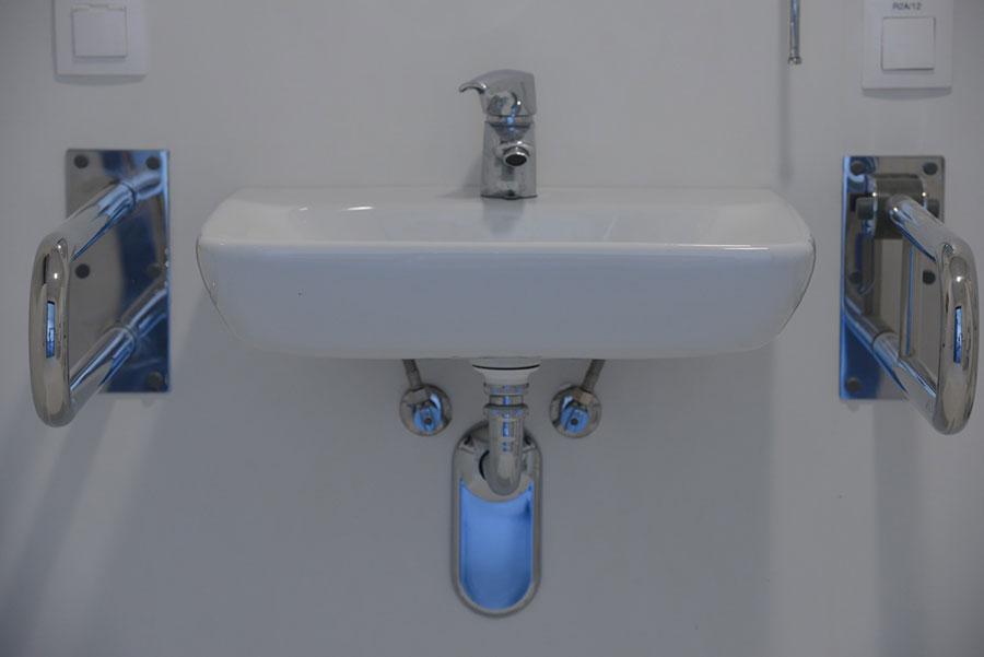 Umywalka dostosowana dla niepełnosprawnych