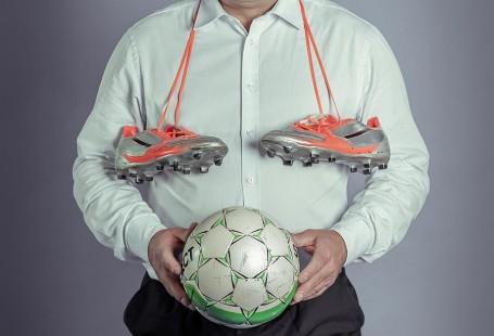 Roman Kosecki trzymający piłkę