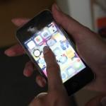 Zdjęcie przedstawia smartfona trzymanego w dłoni.