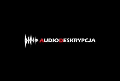 Logo jest umieszczone na czarnym tle. Po lewej stronie znajdują się kształty symbolizujące zapis dzwięku, poszarpane białe kształty. Nastęnie zaczyna się napis audiodeskrypcja, gdzie litera a oraz d jest czerwona.