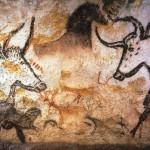 Malowidło powstało na ścianie jaskini Lasaux we Fracji. Przedstawia uproszczone rysunki zwierząt - w tym wyoadku dwóch byków, w tle pojawia się zarys konia.