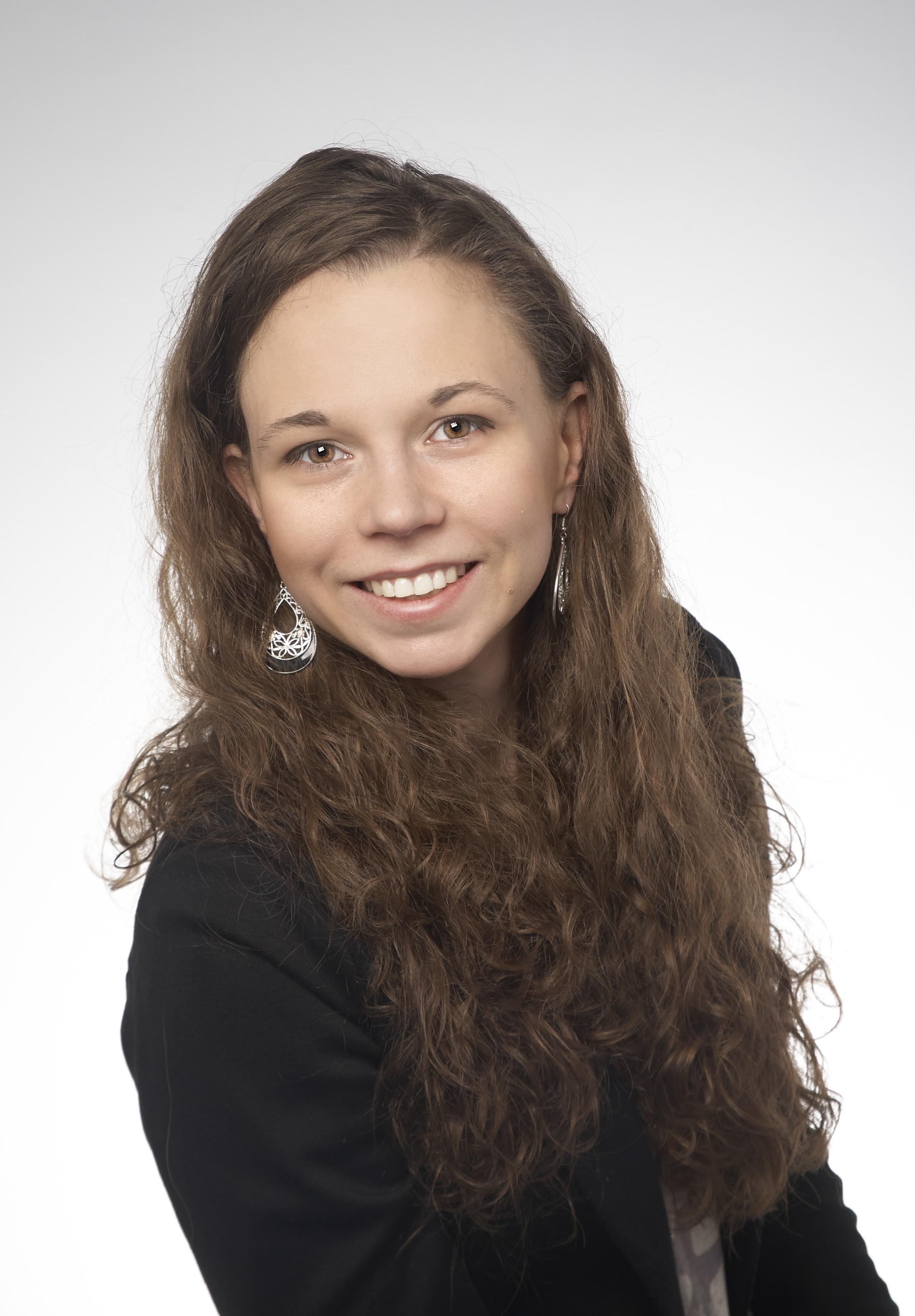 Zdjęcie przedstawia Agnieszka Wysokińska, to portret. Pani Agnieszka to młoda, uśmiechnięta kobieta, z długimi falowanymi włosami do połowy pleców.