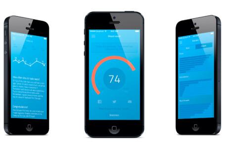 Zdjęcie przedstawia 3 telefony, na ekranie każdego z nich są widoki aplikacji How Are You. Na tym umieszczonym w środku widzimy pokrętło - kółko z napisem 74, a na zewnątrz pomarańczowy pierścień.