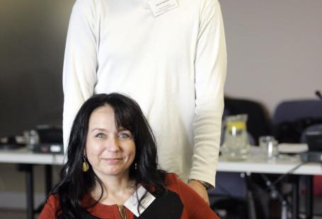 Na zdjęciu znajduje się Izabela Czarnecka, prezeska fundacji, siedzi na wózku a za nią stoi Jakub Walicki, wiceprezes fundacji.