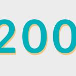 Ilustracja przedstawia liczbę dwieście w kolorze niebieskim na szarym tle.