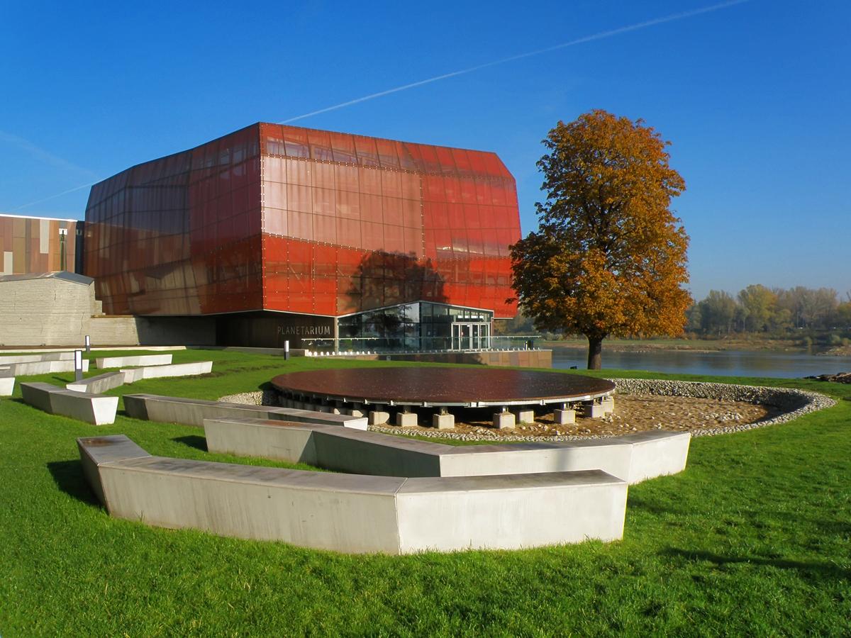 Zdjęcie przedstawia bryłę budynku Centrum Nauki Kopernik