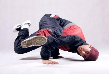 Zdjęcie przedstawia Bartka prze wypadkiem w trakcie breakedance.