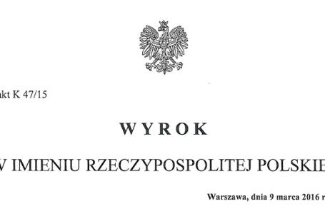 Zdjęcie przedstawia część wyroku Trybunału Konstytucyjnego z dnia 9 marca 2016, na górze widnieje godło Polski, poniżej napis Sygn.akt K 47/15 wyrok w imieniu Rzeczypospolitej Polskiej, poniżej Warszawa, dnia 9 marca 2016r.