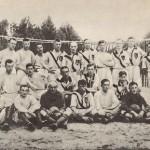 Zdjęcie przedstawia drużynę na biosku, wykonanne zostało w 1916 roku. Piłkarze są ustawieni do zdjęcia w trzech rzędach - pierwszy siedzi, drugi klęczy a czwarty stoi.