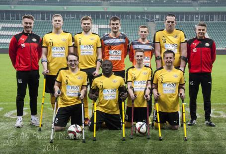 Zdjęcie przedstawia zawodników drużyny na boisku.