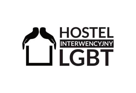 Zdjęcie przedstawia logo hostelu LGBT - z lewej strony rozłożone dłonie, tworzące dach nad otwartym z góry kształtem kwadratu, obok napis hostel interwencyjny LGBT.