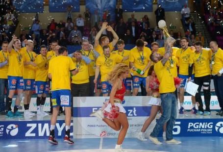 Zdjęcie przedstawia drużynę cieszącą się z pucharu.