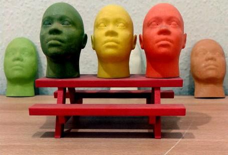 Na zdjęcie znajduje się 5 głów, każda winnym kolorze.