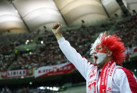 Zdjęcie przedstawia polskiego kibica na stadionie narodowym