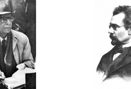 Zdjęcie to zestawienie dwóch portretów. Po lewej stronie znajduje się Słoniński, w kapeluszu, płaszu, okularach siedzi i trzyma w ręce kartkę. Po prawej znajduje się portret Prusa, popiersie w formie ryciny. Prus ma krótką bórdkę, oklulary, jest pokazany z profilu.
