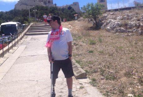 Zdjęcie przedtswia Filipa, który stoi na wzgórzu, a za nim w tle na szycie widać bazylilkę Notr Dame w Marsylii.