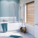Render przedstawia łazienkę z wanną split. Wnętrze jest utrzymane w kolorze niebieskim.