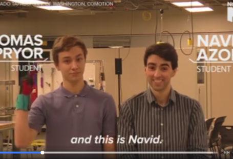 """Zdjęcie to screeshot z filmiku, klatka pozkauzjąca autorów wynalazku, po lewej Thomas Pryor po prawej Navid Azodi. Pod oboma nazwiskami wyświetlone są napisu """"student"""". Thomas ma ubrane ręczkawiczki i miga to co mówi Navid, u dołu wyświetlony jest napis """"and this is Navid"""". W tle widać pracownię."""