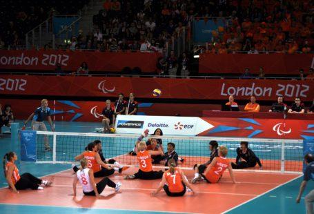 Zdjęcie przdstawia mecz siatkówki na siedząco