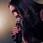 Zdjęcie przedstawia wokalistę Tomasza Kowalskiego