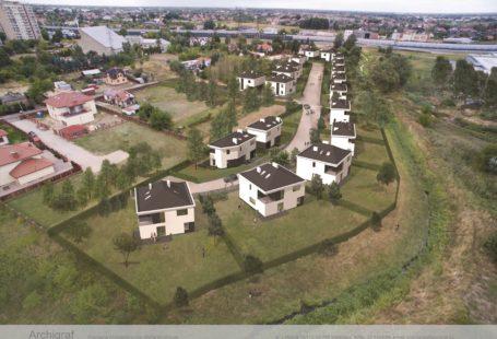 Wizualizacja przedstawia niewielkie osiedle domków jednorodzinnych widziane z lotu ptaka. Domki są nieduże, mają kształt kostki z dachem, każdy, każdy ma dosyć duży ogródl