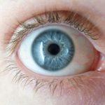 Zdjęcie przedstawia oko w zbliżeniu.