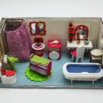 Zdjęcie przedstawia model łazienki, wykonany przez dzieci ze szkoły.