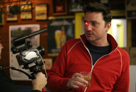 Zdjęcie przedstawia twórcę kamery, Roba Spensa, wraz z Ejborgiem, świecącym jak u Terminatora.