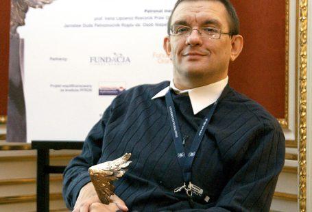 Zdjęcie przedstawia Marcina Kornaka, założyciela fundacji NIGDY WIĘCEJ.