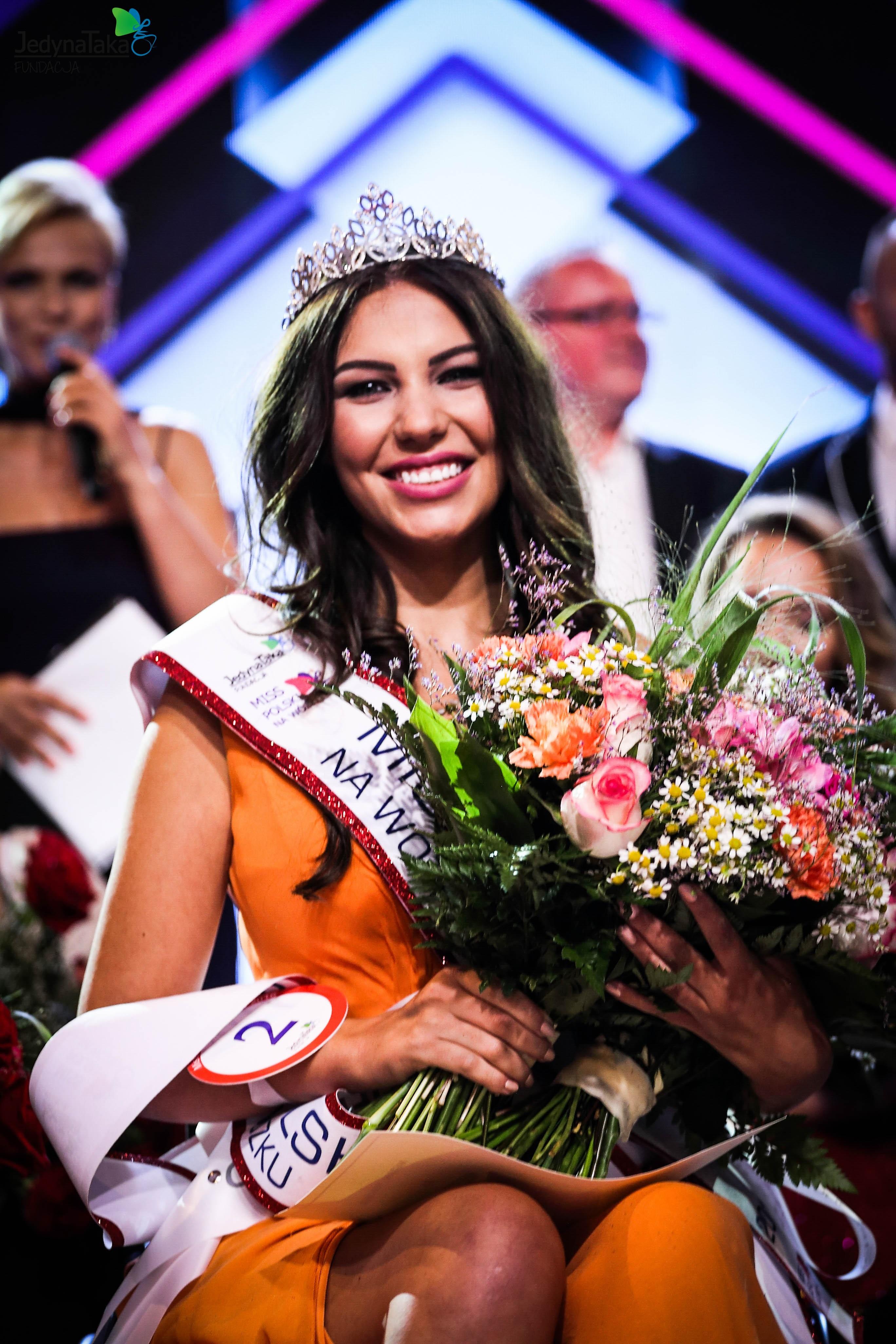 Zdjęcie przedstawia Miss Adę Zawadzińską podczaj odbierania nagrody.