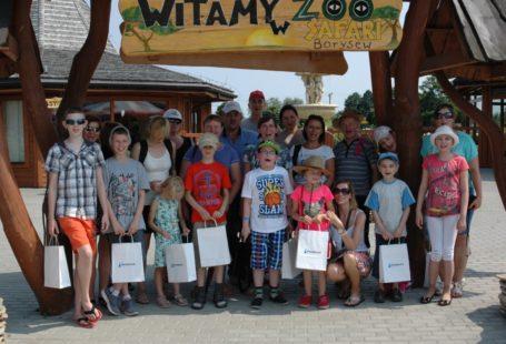 Zdjęcie przedstawia grupę dzieci stojących w rzedzie, podczas zeszłorocznych wakacji.