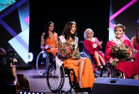 Aga Zawadzińska w trakcie zeszłorocznych wyborów, ma na sobie koronę, pomarańczową suknię wieczorową oraz piękny uśmiech