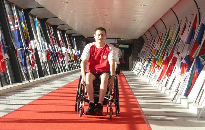 Zdjęcie przedstawia Jacka Czecha, w barwach narodowych.